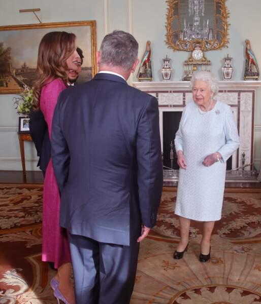 La reine Elizabeth II réussit à donner le change malgré sa blessure