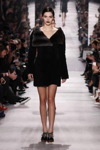 Kendall Jenner bouche dark pour le défilé Dior automne-hiver 2016-2017