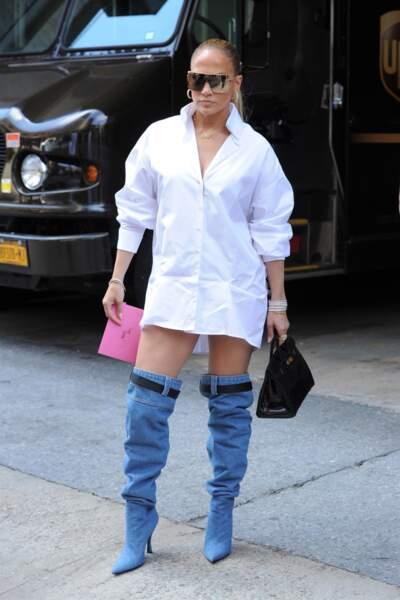 Jennifer Lopez ultra fan de ses cuissardes en jean dotées d'une ceinture