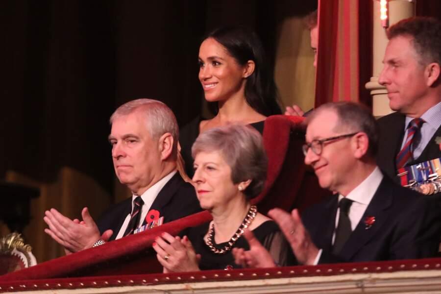 Le prince Harry et Meghan Markle sont placés loin du premier rang, derrière Teresa May et le prince Andrew