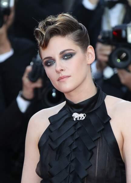 Kristen Stewart, sublime en robe Chanel, avec un chignon tressé et des mèches stylisées sur le devant