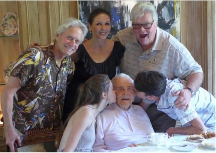 Kirk Douglas entouré de son fils Michael, et de sa famille