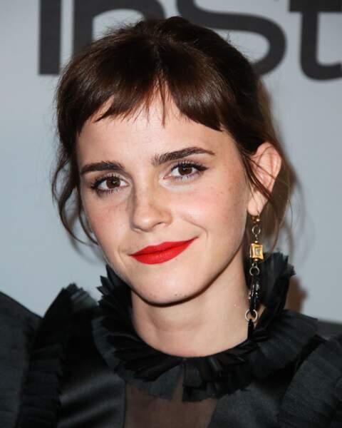 La frange revient, longue naturelle ou courte branchée chez Emma Watson