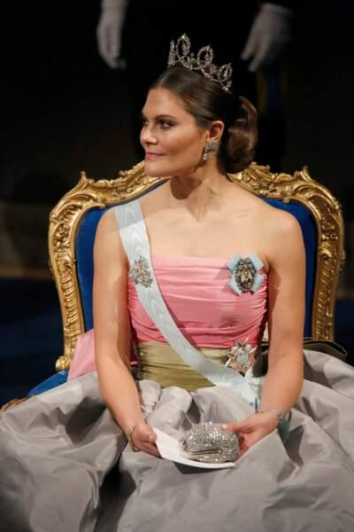 Robe grand soir, tiare et regard charbonneux, la princesse Victoria de Suède est prête pour la remise du Prix Nobel