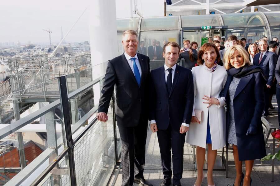 Emmanuel et Brigitte Macron prennent la pose aux côtés de Klaus et Carmen Iohannis