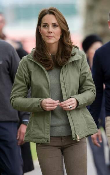 Kate Middleton s'offre un look de garde-forestier pour faire découvrir la nature à des écoliers défavorisés