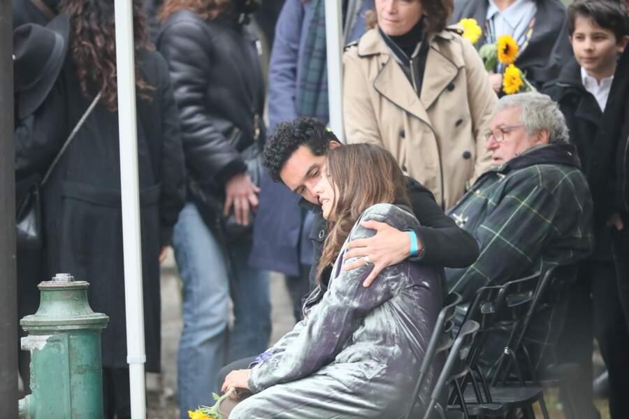 Izïa Higelin dans les bras de son compagnon Bastien Burger lors des obsèques de Jacques Higelin