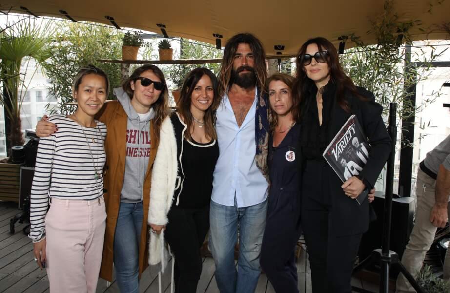 """Monica Bellucci et Nicolas Lefebvre ont posé avec les fondatrices de """"La journée By The Land"""" à Cannes"""