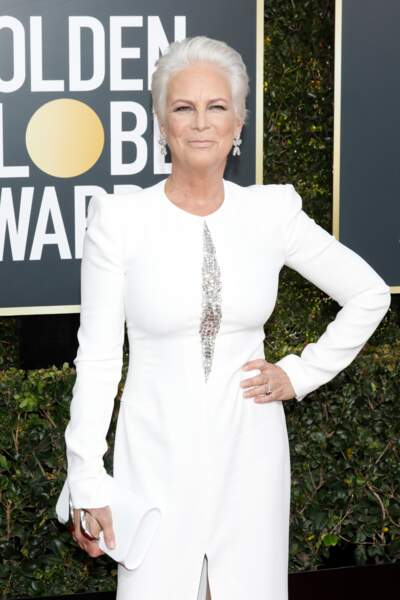 Jamie Lee Curtis, en robe blanche fendue Alexander McQueen, lors des Golden Globes 2019, le 6 janvier 2019