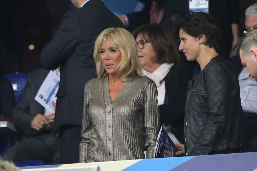 Radieuse, Brigitte Macron est lumineuse dans son gilet métallisé signé Louis Vuitton.