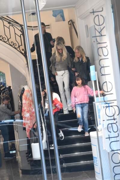 Laeticia Hallyday et ses filles en pleine séance shopping à la boutique Montaigne Market, le 9 octobre 2018