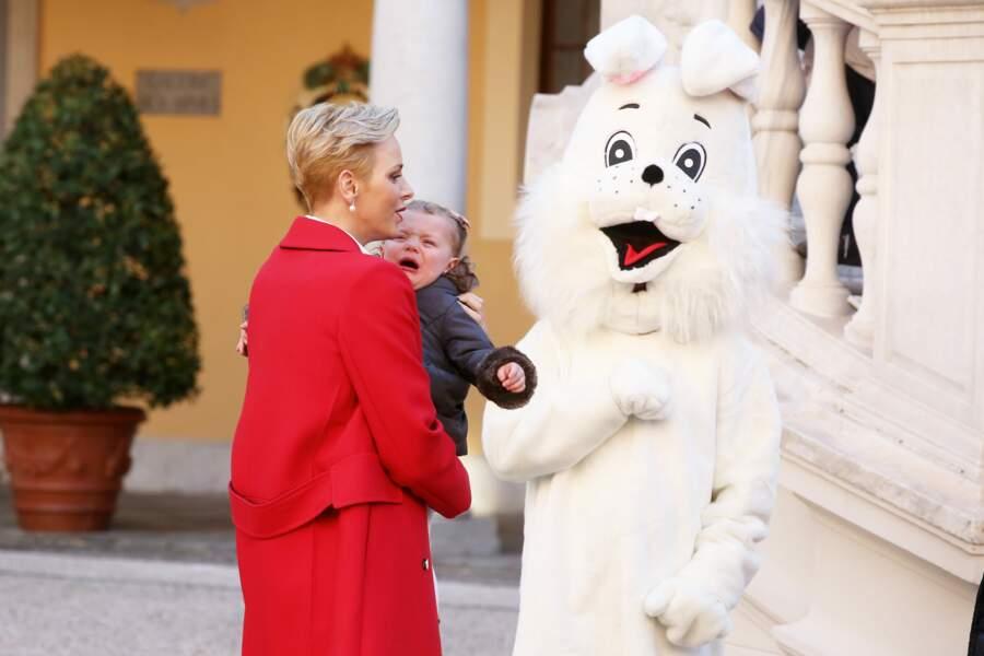 Un gros lapin qui l'approche ? Même dans les bras protecteurs de sa maman Charlène, Gabriella hurle de peur !