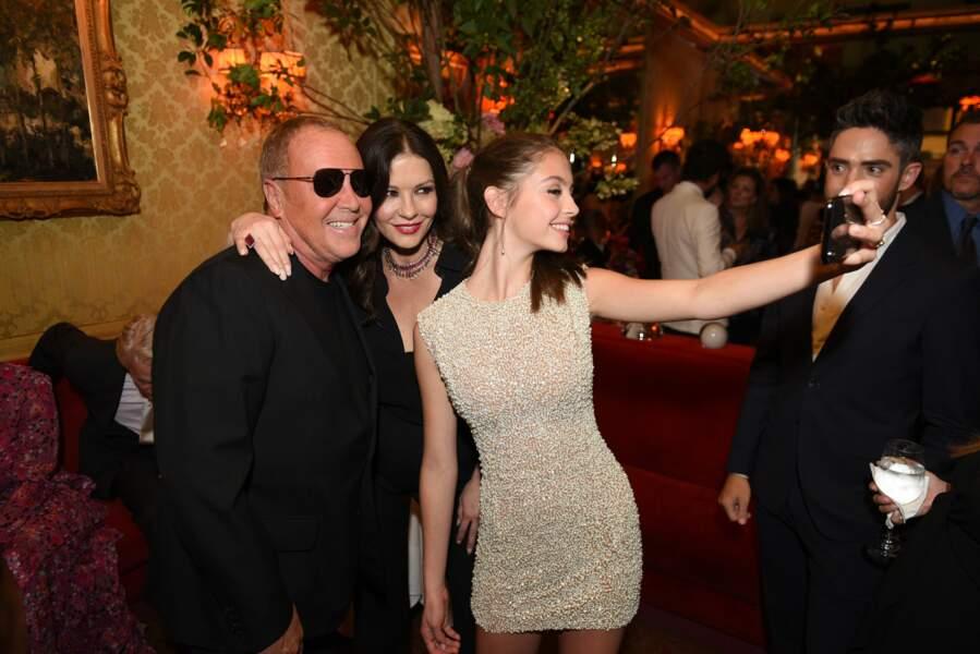 Carys Douglas avec sa mère Catherine Zeta-Jones et le créateur Michale Kors