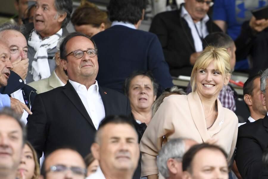 Aux côtés de François Hollande, Julie Gayet est apparue tout sourire ce dimanche 8 septembre