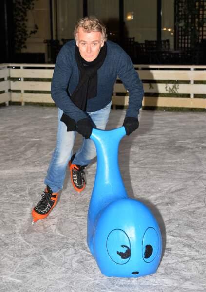 Franck Dubosc fait du patin à glace