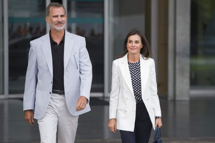 Le roi Felipe et la reine Letizia à leur sortie de l'hôpital, où ils ont rendu visite à Juan Carlos.