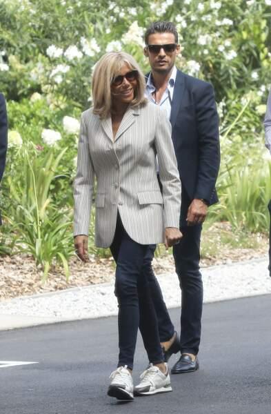Brigitte Macron porte souvent cette paire de baskets à 690 € prêtée par Louis Vuitton