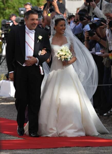 Marie Cavallier (en robe Arasa Morelli) au bras de son père Alain Cavallier lors de son mariage au Danemark en 2008