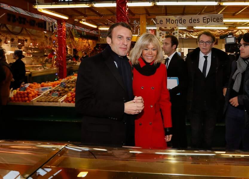 Emmanuel Macron et Brigitte Macron s'approchent des stands