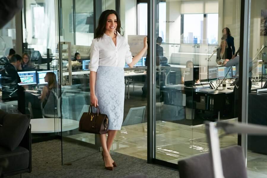 En chemise blanche et jupe crayon en dentelle Burberry Prorsum, qui apporte une touche de raffinement à sa tenue