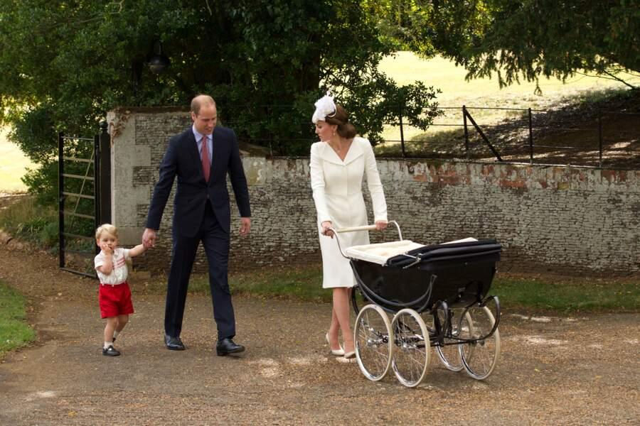 William, Kate et George, avec la princesse Charlotte lors de son baptême à Sandringham le 5 juillet 2015