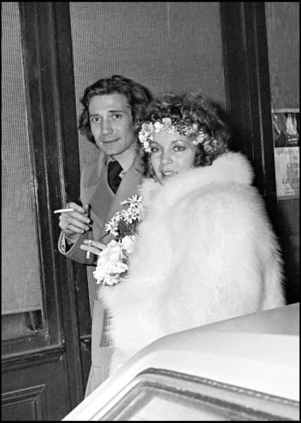 """Romy Schneider et Daniel Biasini devant le restaurant """"L'Orangerie"""" à Paris en 1975"""