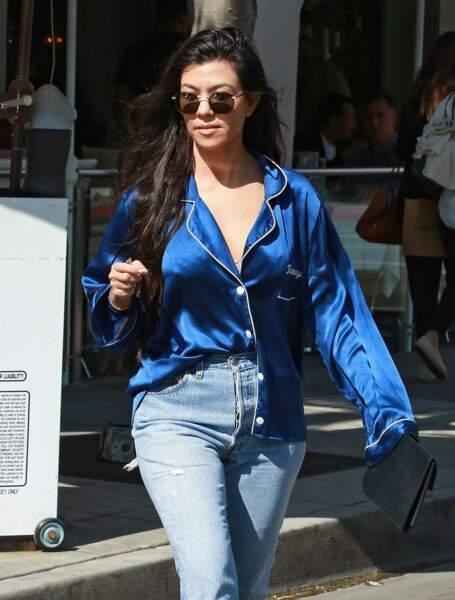 Kourtney Kardashian porte un haut de pyjama griffé à son nom à Los Angeles le 20 mars 2017