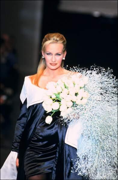 1995: Mariée pour Dior. Cette même année, elle devient maman avec la naissance d'Ilona