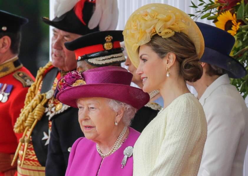 Zoom sur la coiffure so british de la reine Letizia d'Espagne, chignon travaillé et bibi à l'anglaise