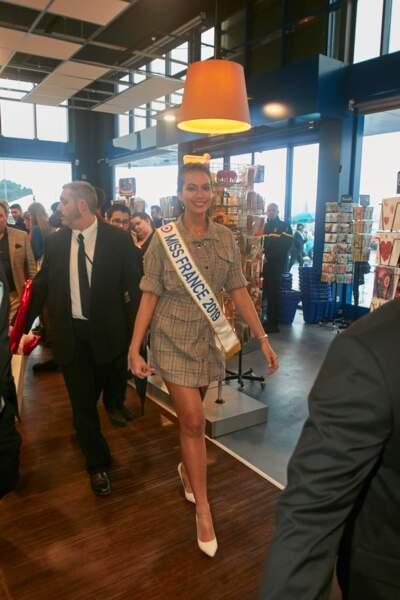 Vaimalama Chaves, Miss France 2019, a assorti sa robe à une paire d'escarpins blancs