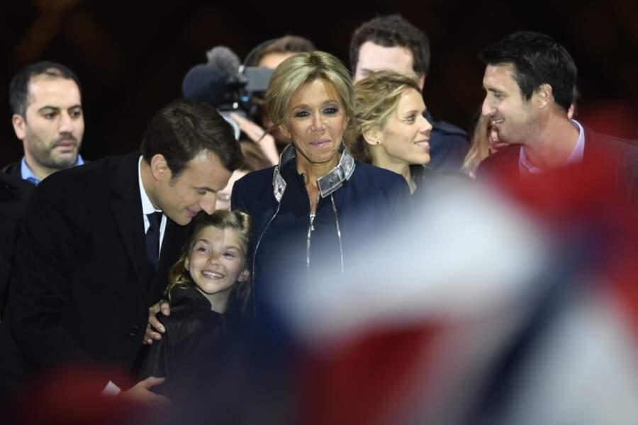 Emmanuel Macron embrasse sa petite fille Emma