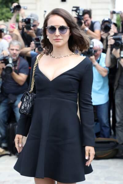 Natalie Portman, sublime en robe décolletée Dior arrive pour le défilé haute couture