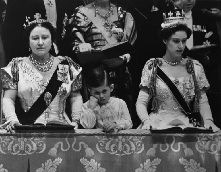 Charles, entouré de la reine mère Elizabeth et de la princesse Margaret au couronnement d'Elizabeth II en 1953