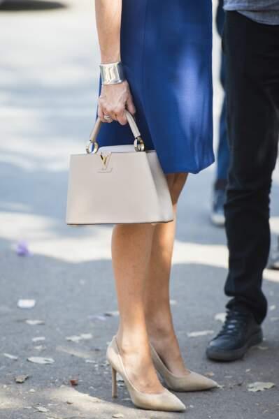 Brigitte Macron avait bien sûr, son célèbre sac Capucines de Louis Vuitton en beige clair