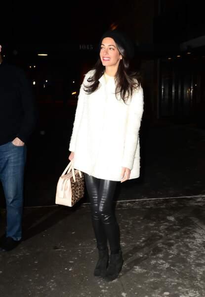 2015 Amal Clooney est toujours à la pointe de la mode en mixant un slim en cuir et un sac léopard