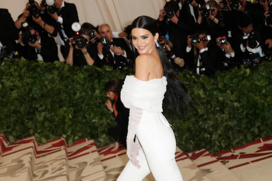 Kendall Jenner, en blanc Off-White, a pour l'occasion, une très longue queue-de-cheval