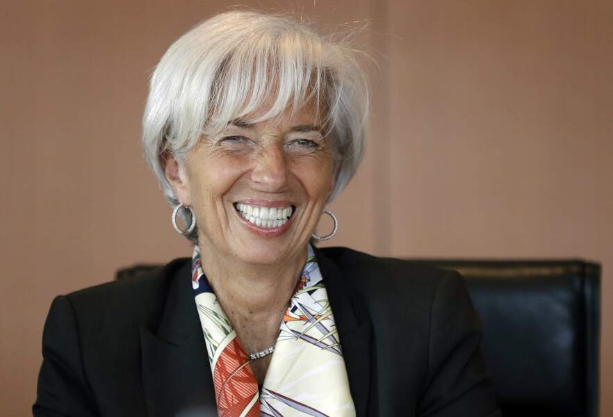 la politique Christine Lagarde mise sur ses cheveux blancs avec beaucoup de classe