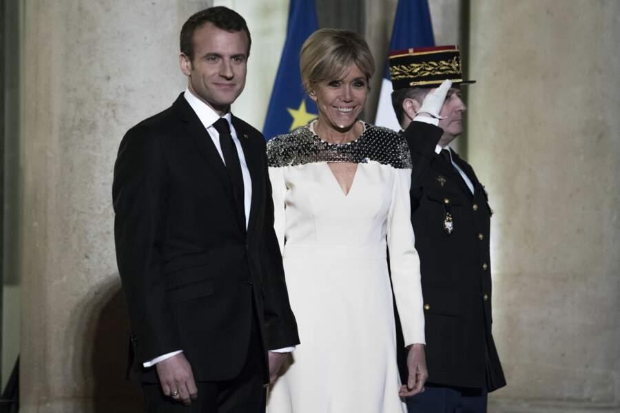 Emmanuel et Brigitte Macron sur les marches du palais de l'Elysée.