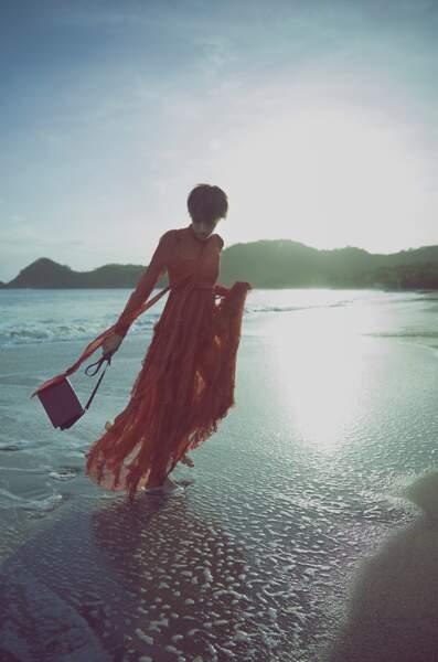On opte pour un sac épuré pour contrebalancer les motifs d'une robe à froufrous.