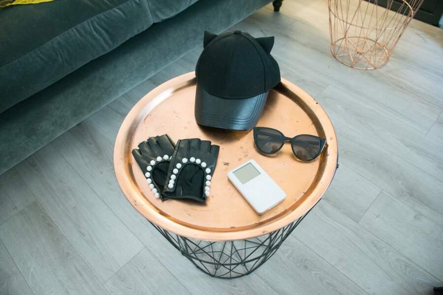 Virginie Carrozza mixe casquette et lunettes de soleil pour calmer certains looks trop sophistiqués