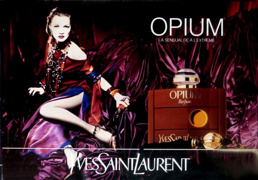 """Kate Moss est le visage d'""""Opium"""" de Yves Saint Laurent en 1993"""