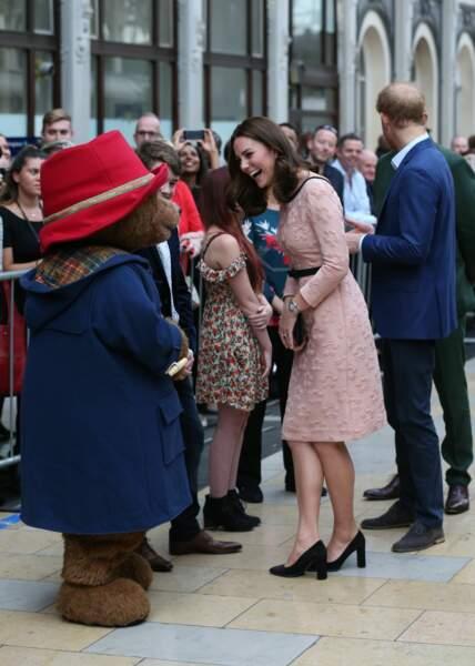 Kate a fait quelques pas de danse avec la peluche Paddington à Londres