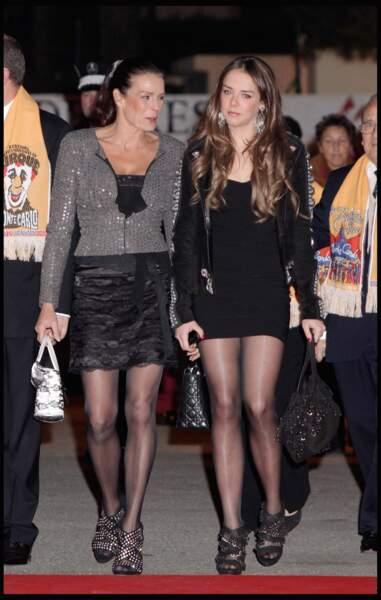 Stéphanie et sa fille Pauline adoptent un look similaire, rock et sexy, lors du festival du cirque de Monaco 2010