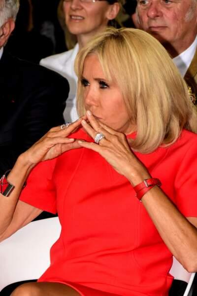 Brigitte Macron assortit toujours la couleur du bracelet de sa montre Michel Herbelin à sa tenue