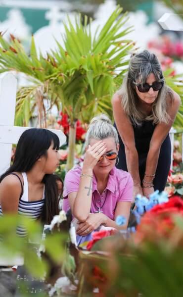 Laeticia Hallyday et ses filles ont apporté des fleurs et des bougies pour orner la tombe de Johnny.
