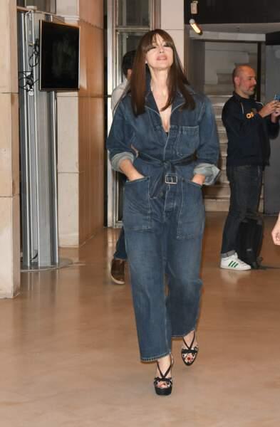 Monica Bellucci nous inspire un look automnal avec sa combinaison en jean signée Dior.
