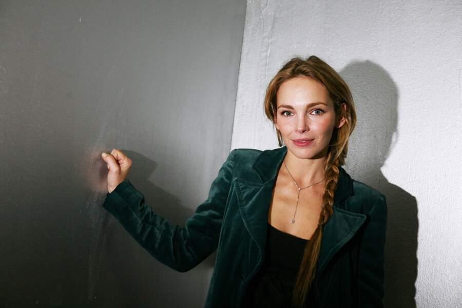 Claire Keim, et sa tresse longue floue, lors d'un gala au Palaid de Tokyo en 2007