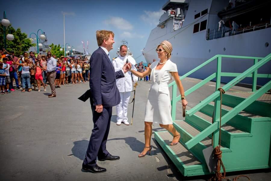 Le roi  Willem-Alexander aide son épouse Maxima à débarquer sur l'île d'Aruba, le 1er mai 2015