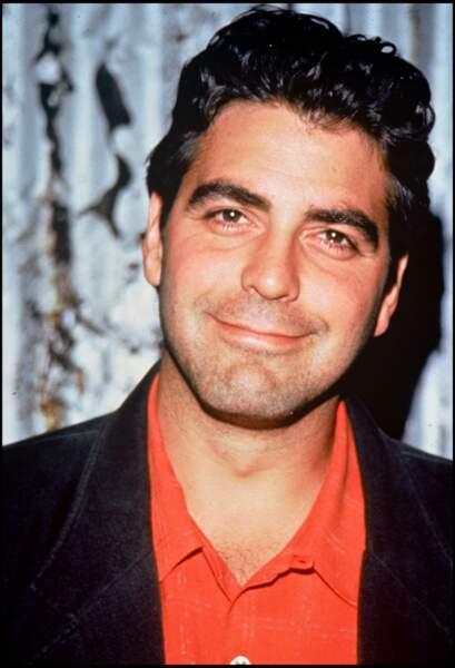 George Clooney, 35 ans, révélé par la série Urgences, symbolise le sex symbol à la beauté ténébreuse