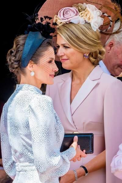 Letizia d'Espagne porte un large serre-tête, un accessoire adoré de Kate Middleton